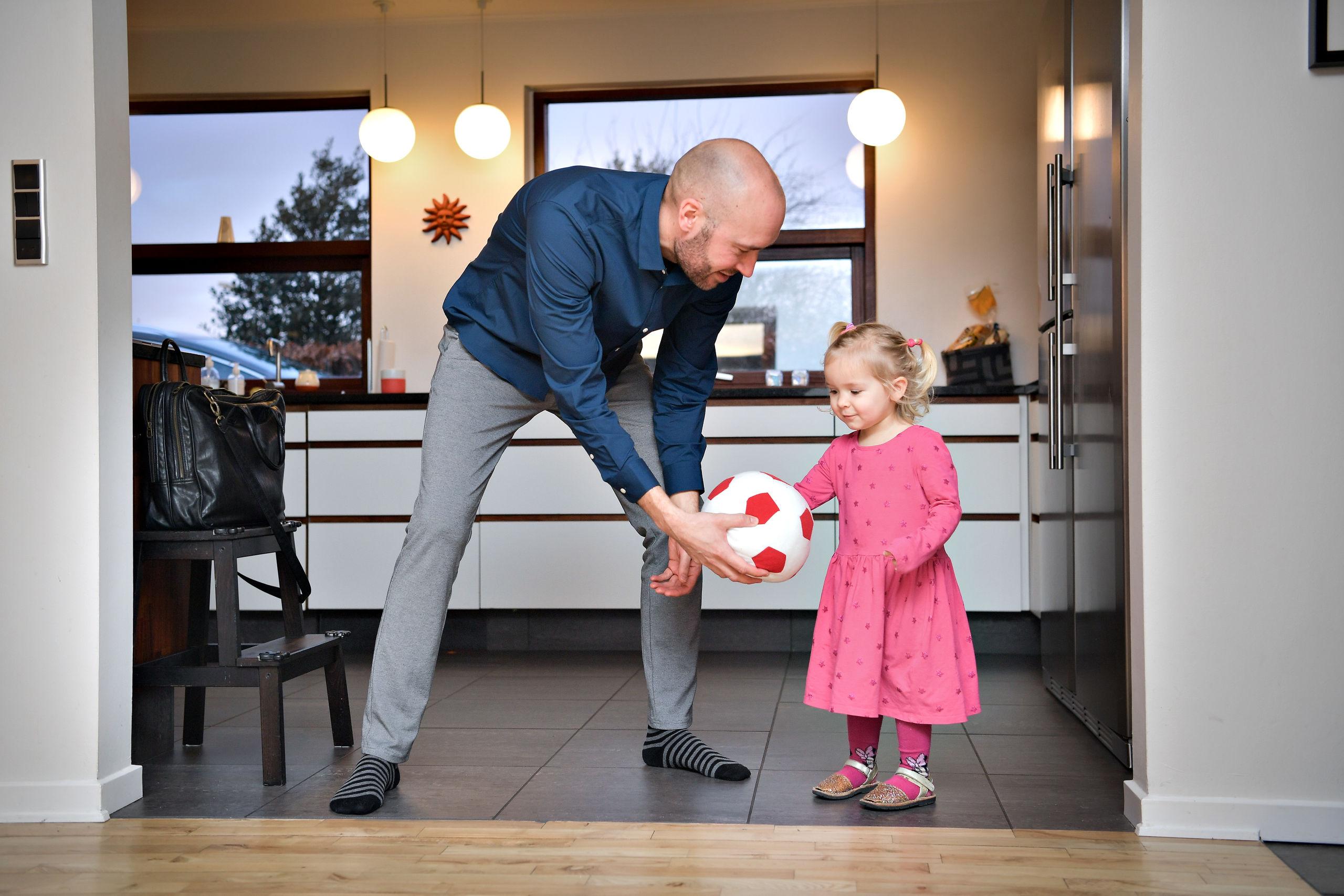 Jacob Friis har nok at se til som både fodboldtræner og familiefar. Foto: Claus Søndberg