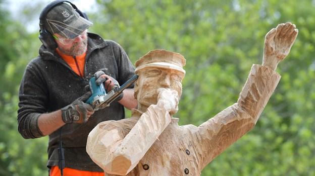Træskulptør Niels Ejnar Petersen fra Odder har skabt en konduktør ud af sin træstamme. Foto: Claus Søndberg