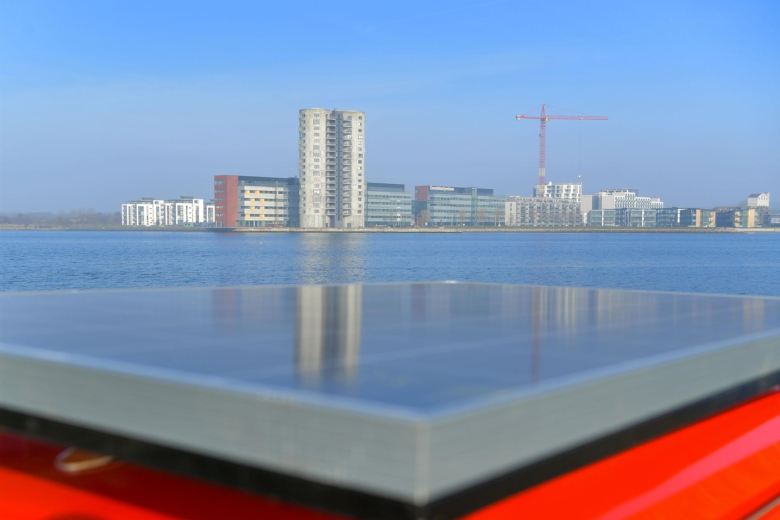 Der er monteret sol-paneler på hele tagfladen, og el-scooteren skal nu køre som et forsøg i Aalborg i en hel måned. Foto: Jesper Thomasen