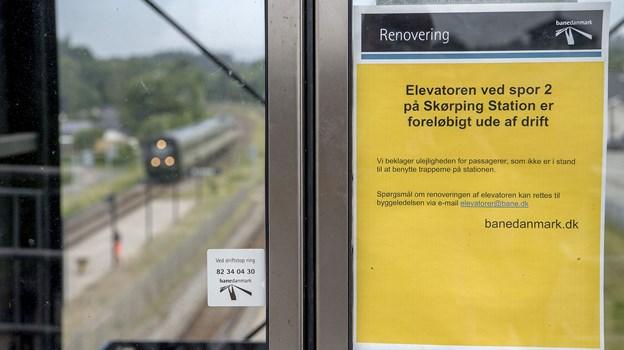 Dette Banedanmark skilt mødte togpassagerne på perron 2 og 3 på Skørping Station ultimo maj. ?Arkivfoto: Lars Pauli