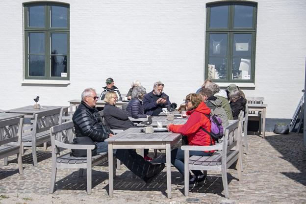 Krogen bad trækfuglecentret er et skønt sted at finde læ og cafeens gæster nød forårssolen i søndags. Foto: Kim Dahl Hansen Foto: Kim Dahl Hansen