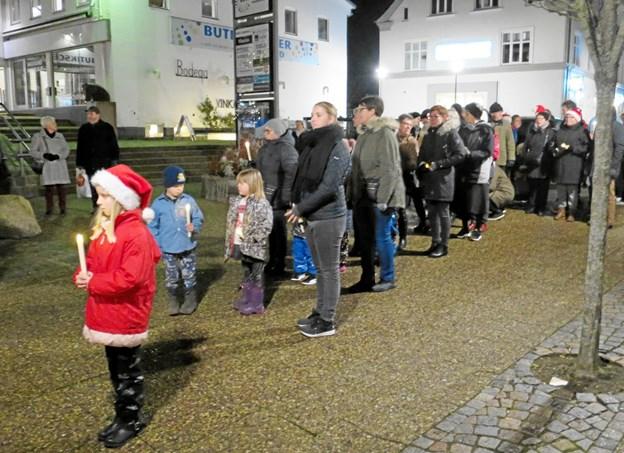Mange børn og voksne var mødt op og lysene slap hurtigt op, men på Storegade var der et kort ophold, hvor nye forsyninger af lys blev uddelt.. Optoget blev afsluttet med musikandagt i kirken og varm suppe i menighedscentret.
