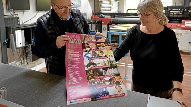Teaterkredsens plakat for sæson 2019/20 er netop kommet ud af trykken. Fra venstre ses Jesper Villumsen fra Villumsign og Teaterkredsens næstformand Inge Reiter. Foto: Niels Reiter