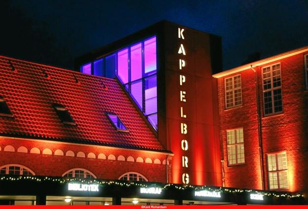 Kulturhus Kappelborg var i aftenens anledning badet i et orange lys, som er farven for FN's kampagne mod vold mod kvinder. Privatfoto