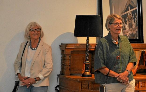 Ved starten på ferniseringen sagde Rikke Barlebo tak til Anni, fordi hun havde valgt hende, og Anni Duch replicerede, at der ikke var tvivl i hendes sind om, hvilken keramiker hun skulle vælge. Foto: Ole Torp