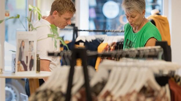 Butiksejer Mads Zink, her sammen med bestyrer Helle Simonsen i Boutique Mary i Adelgade 42, vil have kerneværdier som service, stemning, atmosfære og sjæl tilbage i de fysiske butikker.