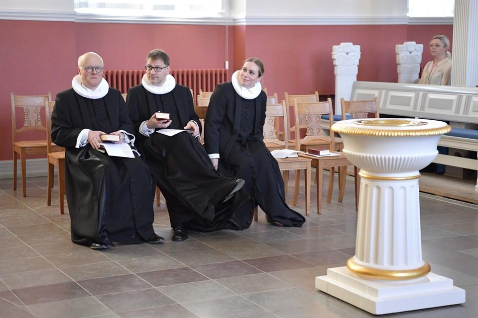 Sognets tre præster er fra venstre nyansatte Niels Berthelsen, Henrik Bang-Møller og Lene Ladefoged Fischer. Foto: Bente Poder.