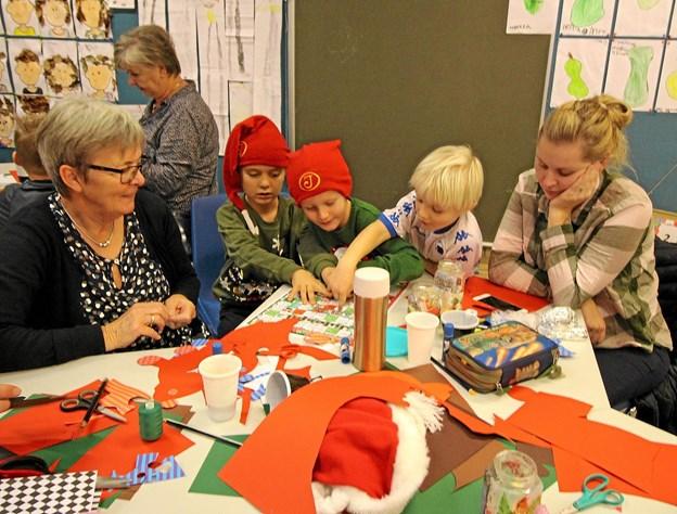 Børnene var ikke alene om at klippe og klistre. De fik god hjælp af forældre og bedsteforældre. Foto: Jørgen Ingvardsen Jørgen Ingvardsen