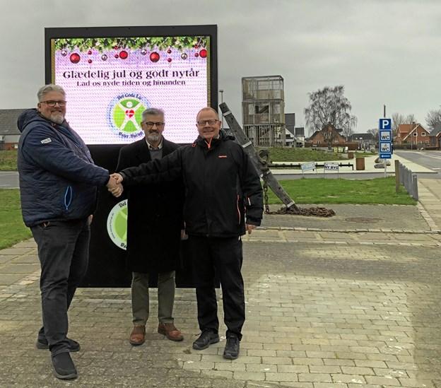 Jan Andersen fra Event ØH og Hans Peter Brohus fra ØH Handel ses her med den nye pylon og formand Niels Juel. Foto: Privat.