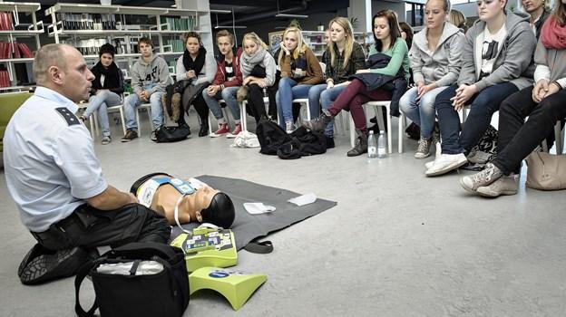 Niels Faurbye her fra en undervisningssituation i forhold til elever i 10-ende klassecentret . Arkivfoto Peter Broen