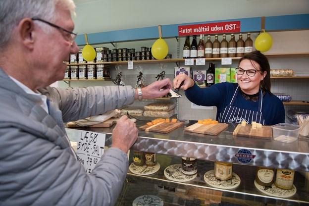 Oluf Rudding er en af de faste kunder i butikken, og han håber, at Stine Binder kan være med til at sikre, den eksisterer i mange år endnu.Foto: Hans Ravn