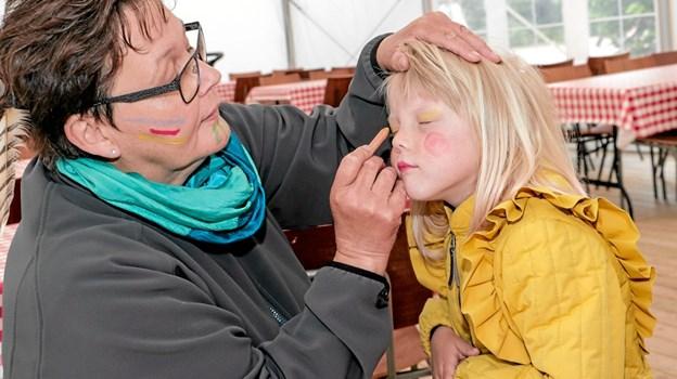 Yelva Jensen laver ansigtsmaling på Emily Espersen. Foto: Peter Jørgensen Peter Jørgensen