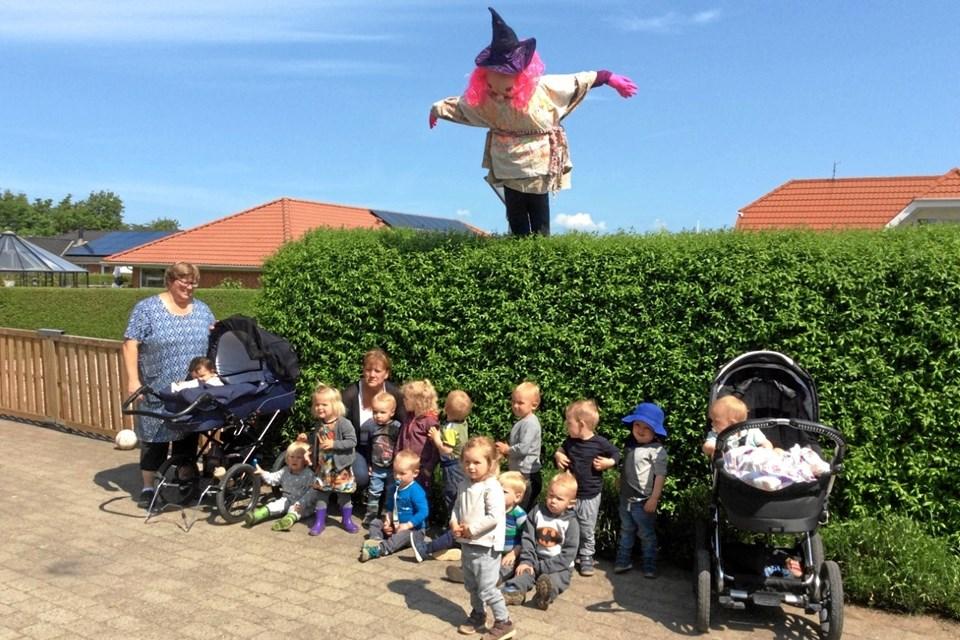 Børnene i Valsgaard dagplejegruppe 2 - med deres farvestrålende heks i baggrunden. Privatfoto