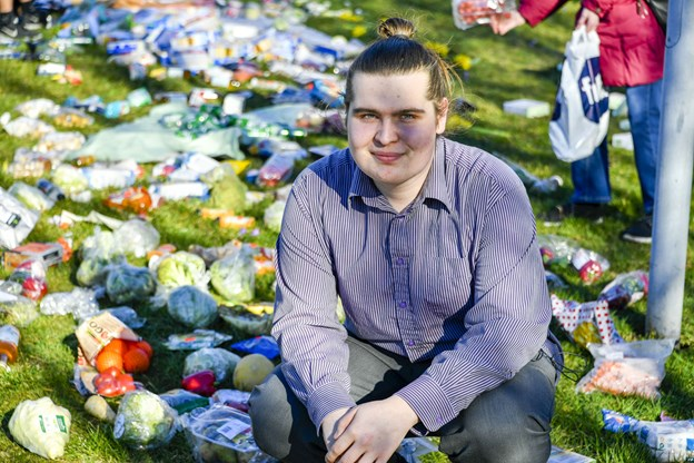 Mikkel Brix er 19 år og bor i Frederikshavn. Han mener, det er pinligt, at vi hver dag smider enorme mængder af fødevarer væk. Foto: Kim Dahl Hansen