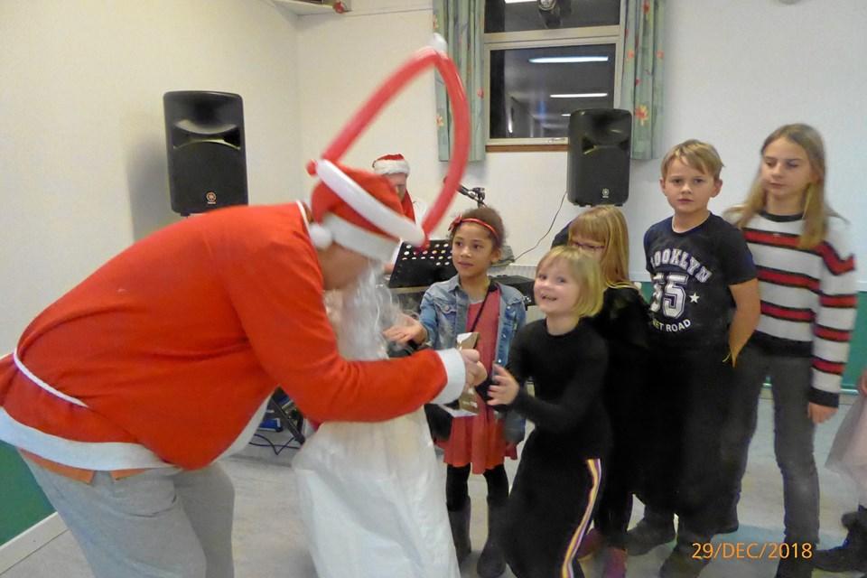 Julemanden nåede forbi med slikposer til børnene og legede lidt med dem, inden der blev serveret kaffe og kage til alle. Privatfoto