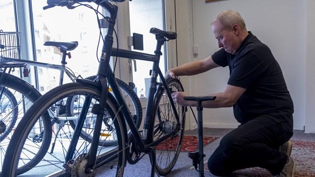 Peter Andersen i fuld gang med at gøre en cykel klar til salg. Han kan godt lide tonen i butikken. Foto: Lasse Sand