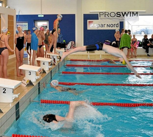 Som man kan læse i artiklen, så er der næsten ingen grænser for, hvilke sportsgrene der er repræsenteret i løbet af de 24 timer. Selvfølgelig også inde i svømmehallen, hvor der her sidste år var en afløsning i gang. Foto: Ole Torp Ole Torp