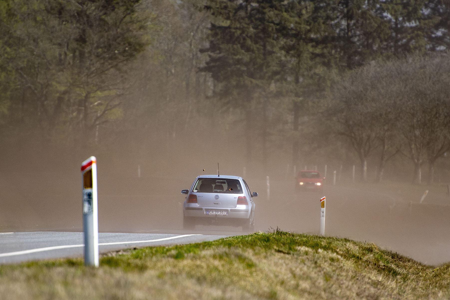 Risikoen for tørke er høj i Danmark. Jorden er voldsomt tør ude på markerne, siger vagthavende ved DMI.