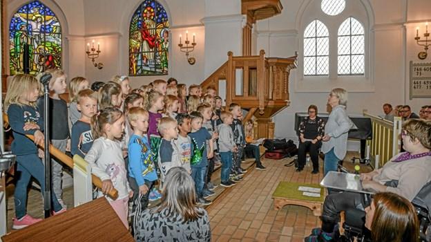 Her er det de lidt større børn, som sang for de mange tilhørere. Foto: Mogens Lynge Mogens Lynge