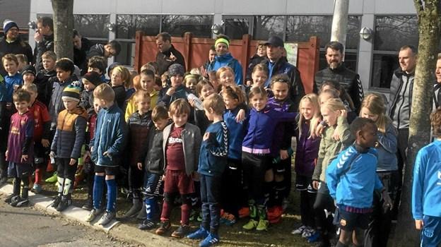 55 fodboldglade børn var mødt op til standerhejsning hos IF Frem Skørping. Foto: Privat
