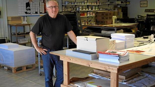 Handelschef Per Martensen, her midt i trykkeriet, er i gang med forberedelser til Pinselørdag i Hirtshals. Foto: Jens Brændgaard
