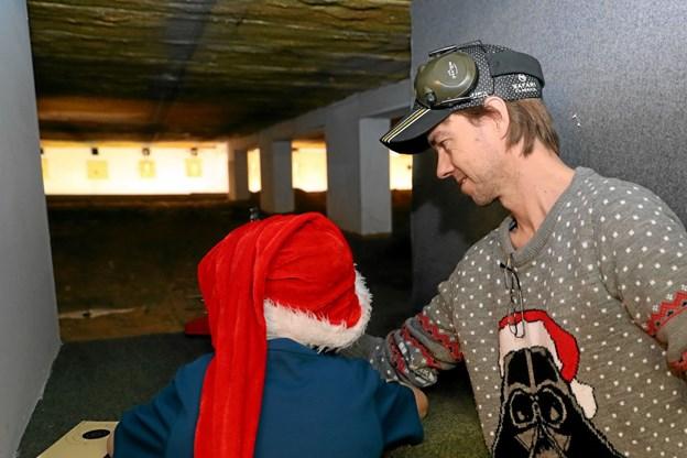 Lars Jakobsen fra Hals Skytteforening hjælper her en af de besøgende med det skydetekniske. Foto: Allan Mortensen