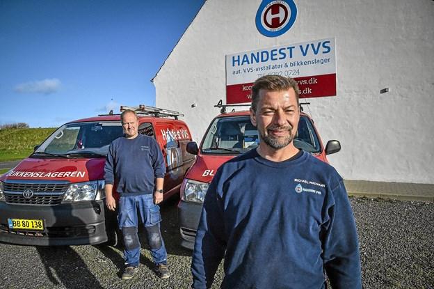 Michael Wadmann har arbejdet i Hanstholm i 18 år som VVS mand. Nu er han Handest VVS´ ansigt i havnebyen. I baggrunden indehaver Per Handest. Foto: Ole Iversen
