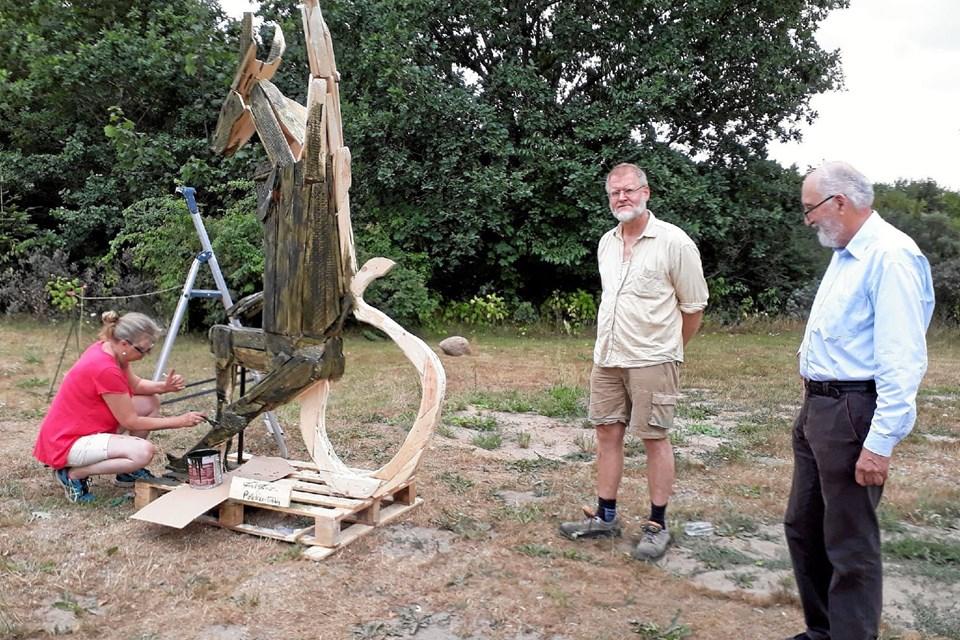 Under et af symposierne lavede kunstneren Frank Fenriz denne træ-trold. Kunstneren ses til højre for værket sammen med bestyrelsesformand Peter Hvid Jensen.Foto: Jørgen Ingvardsen Jørgen Ingvardsen