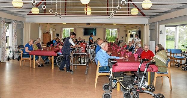 Spisesalen var fyldt op med beboere, der nødt den gode mad fra grillen. Foto: Mogens Lynge