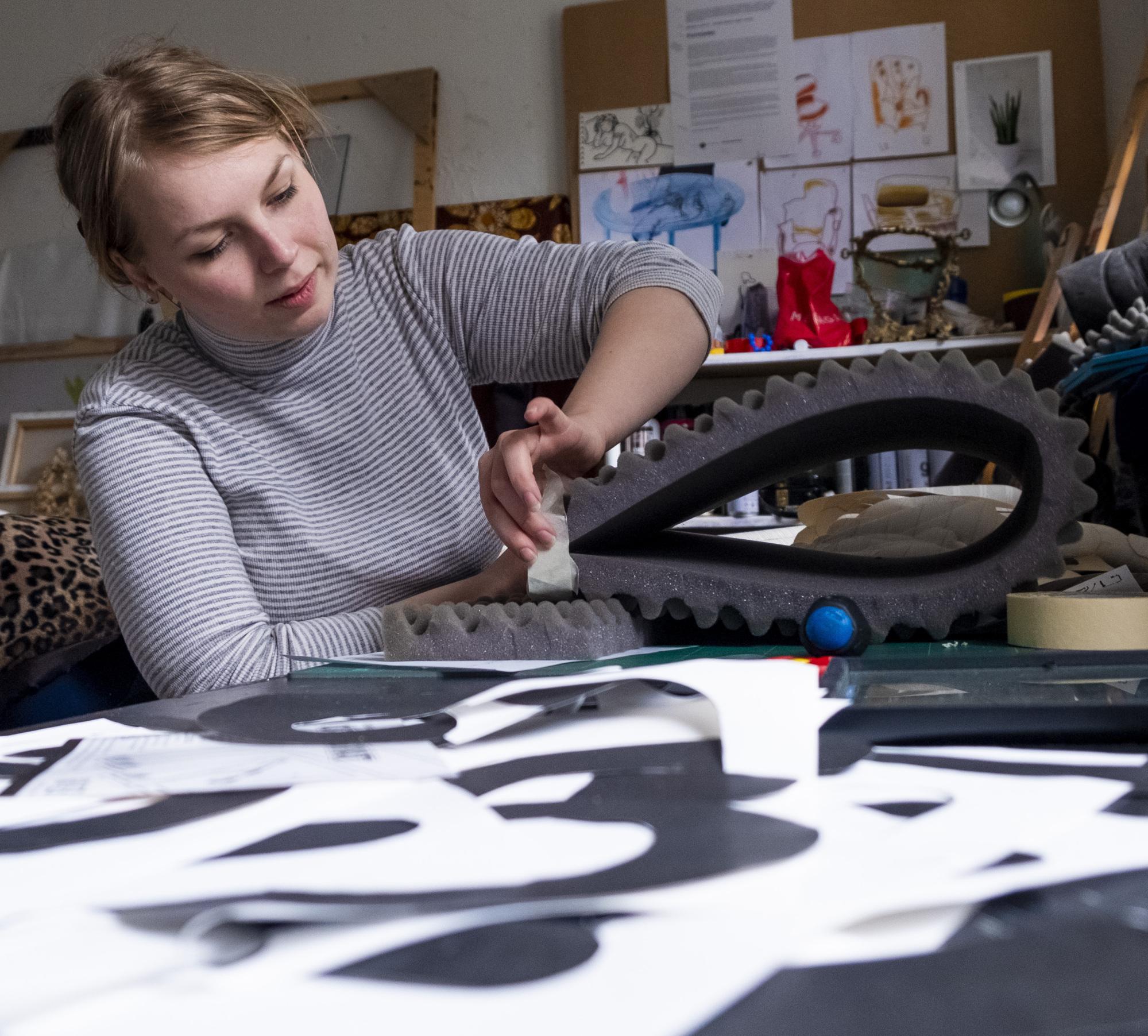 Kamilla Mez er netop debuteret på den censurerede påskeudstilling i Aarhus, derudover er hun også medstifter og kurator på Art Room 1000fryd. Foto: Lasse Sand