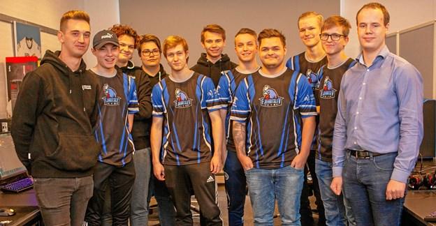 Klim Sparekasse er sponsor for de nye trøjer til gymnasiets esportshold. Privatfoto
