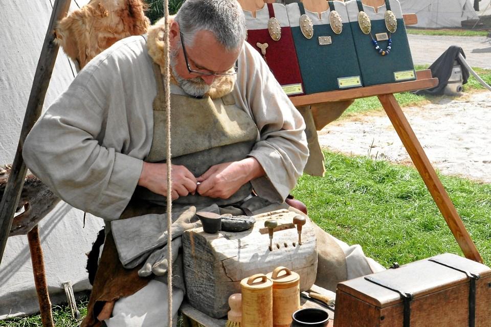 I påsken kan man på Vikingecenter Fyrkat se Ken Ravn Hedegaard arbejde med bronzegenstande. Lige fra arbejdet med at fremstille selve støbeformen til det sidste detaljearbejde på det færdige smykke. Foto: Nordjyllands Historiske Museum