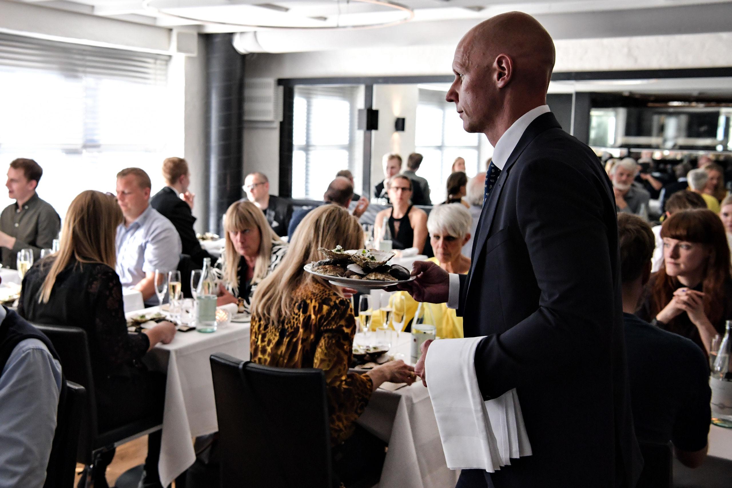 Her er det direktør Peter Lundby Hansen fra Hotel Amerika, der serverer for de mange gæster. Foto: Bent Bach