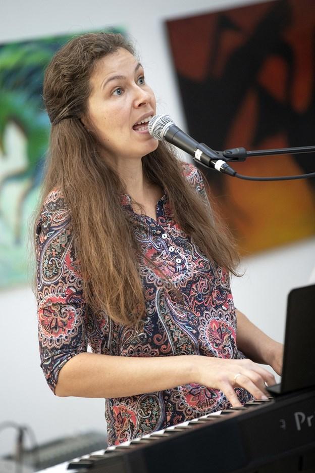 Astrid Holm Olsen går efter planen i studiet efter nytår for at lave en professionel musikudgivelse senere i foråret.