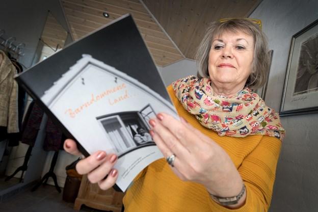 Anne-Marie Smed med sin nye bog efter at hun havde modtaget de bestilte 300 eksemplarer af den fra trykkeriet på privatadressen i Troestrup vest for Klejtrup. Foto: Torben Hansen