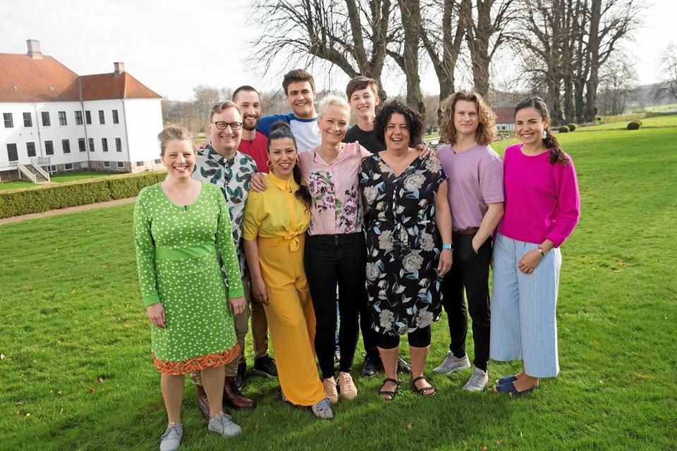 """De 10 nye deltagere i """"Den store bagedyst"""". Forrest til venstre Sara Græsborg fra Havbro ved Aars. Foto: DR"""