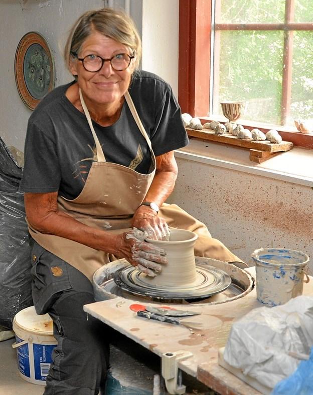 """På """"Thorupled"""" på Lilleskovvej har Rikke Barlebo i 26 år haft værksted/galleri. Hun arbejder overvejende i stentøj og laver brugsting såvel som unika. Her kan man f.eks. opleve den spændende proces fra lerklump til det færdige resultat. Foto: Ole Torp"""