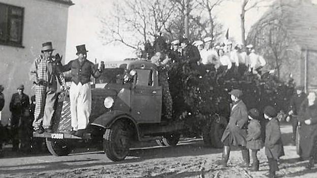 Borgerforeningens fastelavnsoptog på Torvet med en af savværkets lastvogne. Årstallet er 1947. Foto: Privat Privat