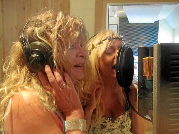 Emilie Andersen og datteren Mille i studiet sammen. Min lille sangengel kalder moderen hende. Privatfoto