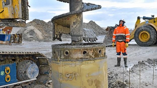Boret på vej ned i det 100 cm rør der sættes undervejs, mens boret arbejder sig ned i undergrunden under den gamle mole i Hanstholm. Foto: Ole Iversen