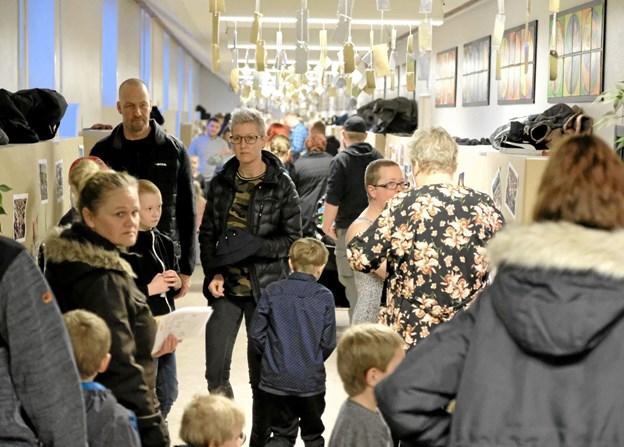 """Årets Skolefest med emnet """"Bæredygtighed"""" blev et tilløbsstykke. I hundredvis af forældre, bedsteforældre og børn vrimlede rundt på Sindal Skole hele aftenen. Foto: Niels Helver Niels Helver"""