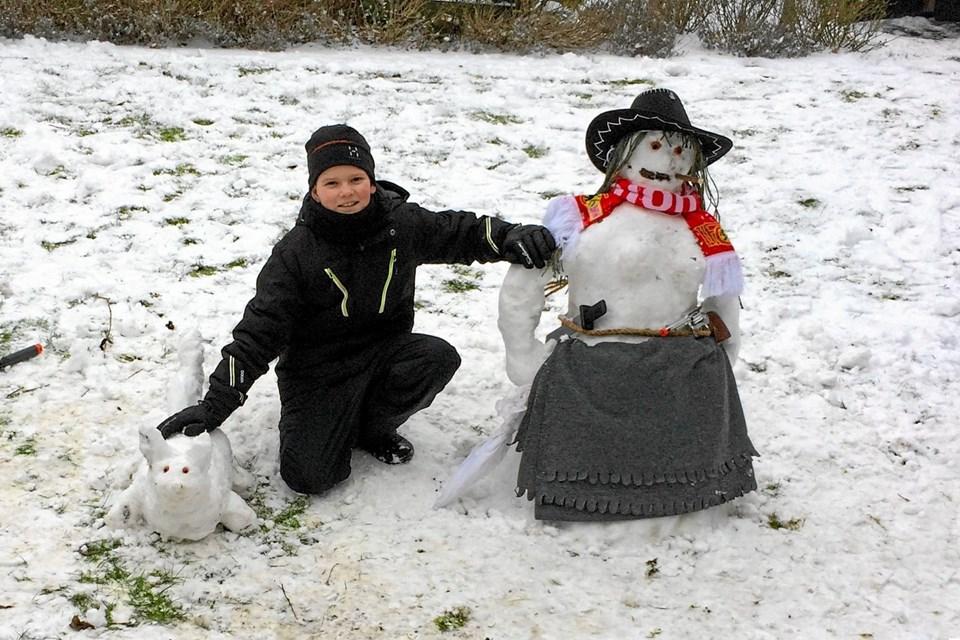 """Så kom sneen endelig til Thisted. Simon har lavet: Cowboy Conny"""" i haven på Hundborgvej. Foto: Ole Iversen"""
