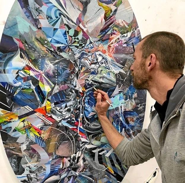 Oliver Vernon arbejder på et værk til udstillingen. pr-foto