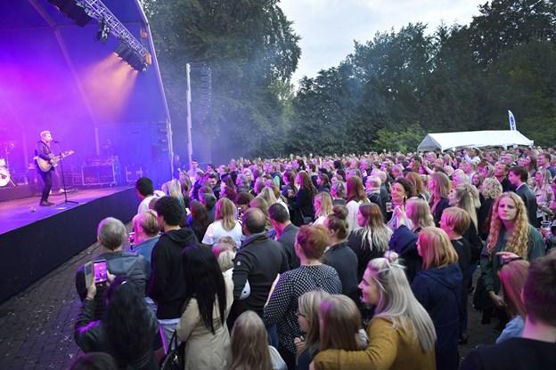 Arrangørerne holder kortene tæt til kroppen, når det gælder, hvem der skal spille til Fredagsfest i Karolinelund i år. Arkivfoto: Michael Koch