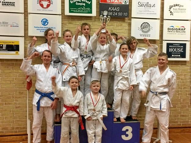 De glade judokæmpere fra Brønderslev, da pokalen for flest medaljer ved Vendelboturneringen var i hus. Privatfoto