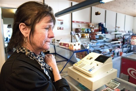Maren-Lis Jakobsen har haft Tranum Strand Kiosk og Cafeteria i to år, og hun har ikke tænkt at lade sig skræmme til at lukke sin forretning på grund af et røveri.  Foto: Thomas Vinther