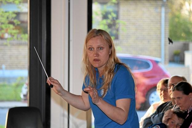 Dirigent Marie Bak der ved hjælp af mimik og gestik ledte Brovst Pigegarde igennem koncerten. Foto: Flemming Dahl Jensen