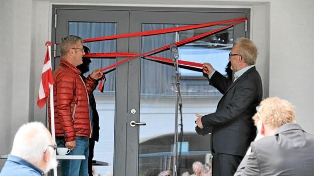 Flemming Møller Mortensen, medlem af Folketinget for Socialdemokratiet, og meteorolog Jesper Theilgaard klippede snoren. Foto: Jesper Bøss Jesper Bøss