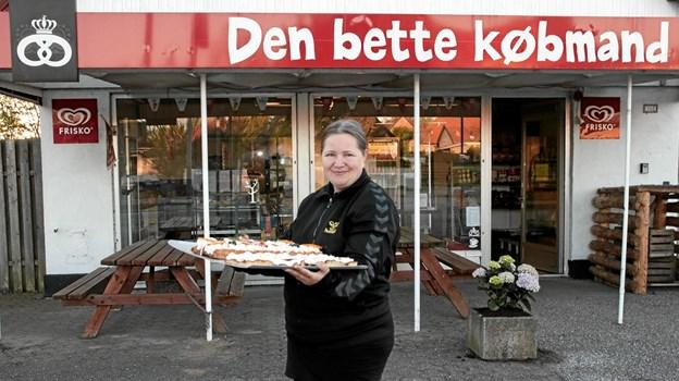 Mandag morgen kl. 6 var Helle Tybring Ørholm klar med frisk brød fra Centerbageriet. Foto: Peter Jørgensen