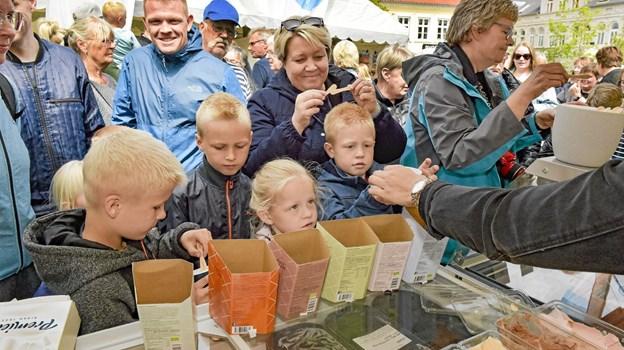 Børnene var hurtige til at finde hen til Premier Is´ stand, hvor der var smagsprøver på flere slags is. Foto: Ole Iversen Ole Iversen